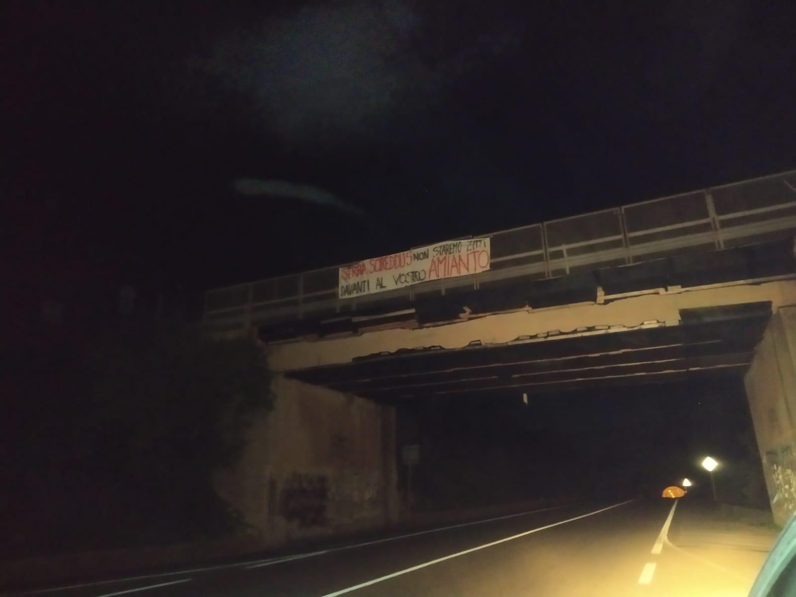 Striscioni nei ponti del Sulcis